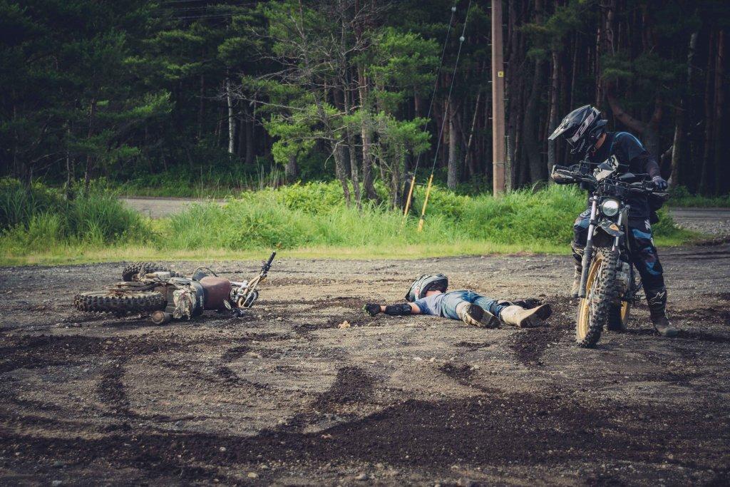 倒れているバイクとライダーを見下ろす秀吉