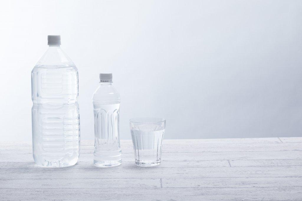 ペットボトルとグラスの写真