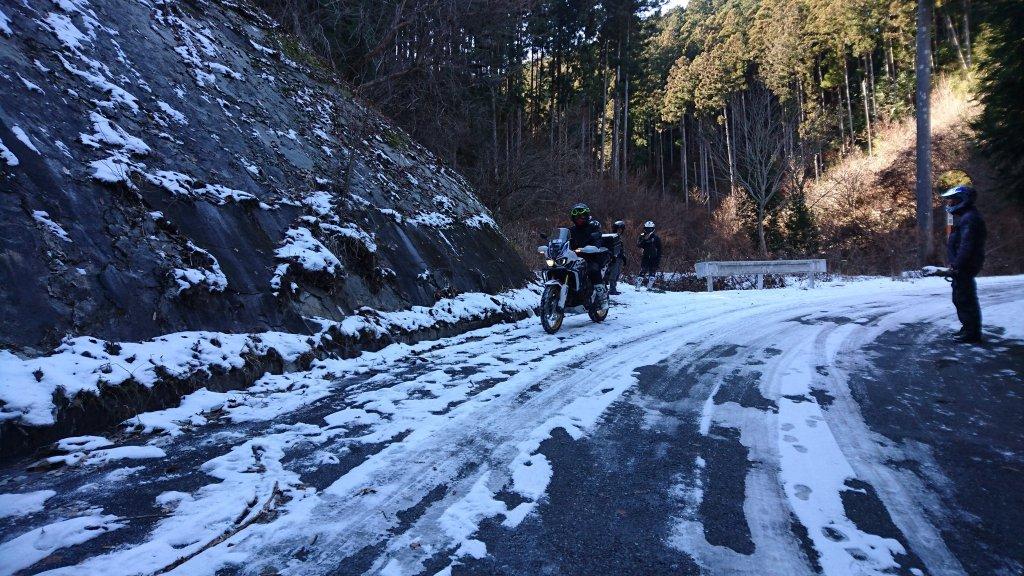 アフリカツインで凍った舗装林道へ