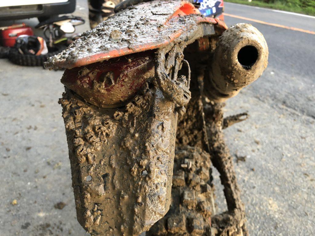 泥だらけのバイク