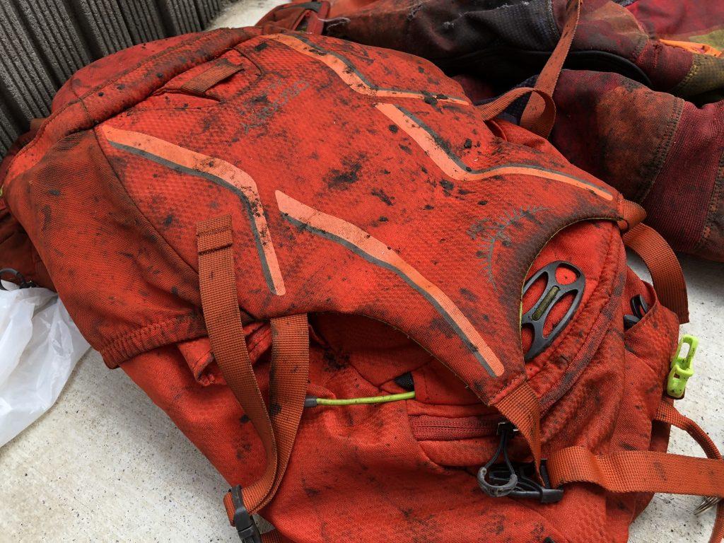 バッグもリアタイヤの巻き上げた土で真っ黒