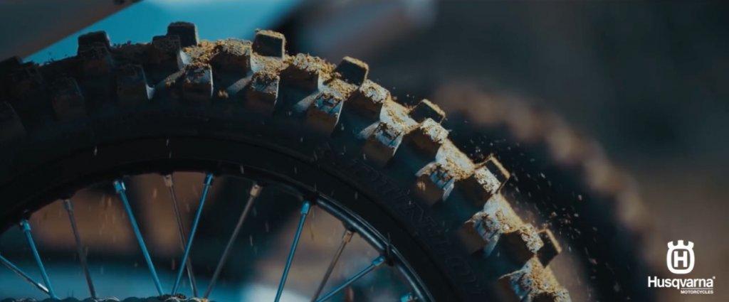 暖気でフェンダー裏の土がタイヤの上に乗るシーン