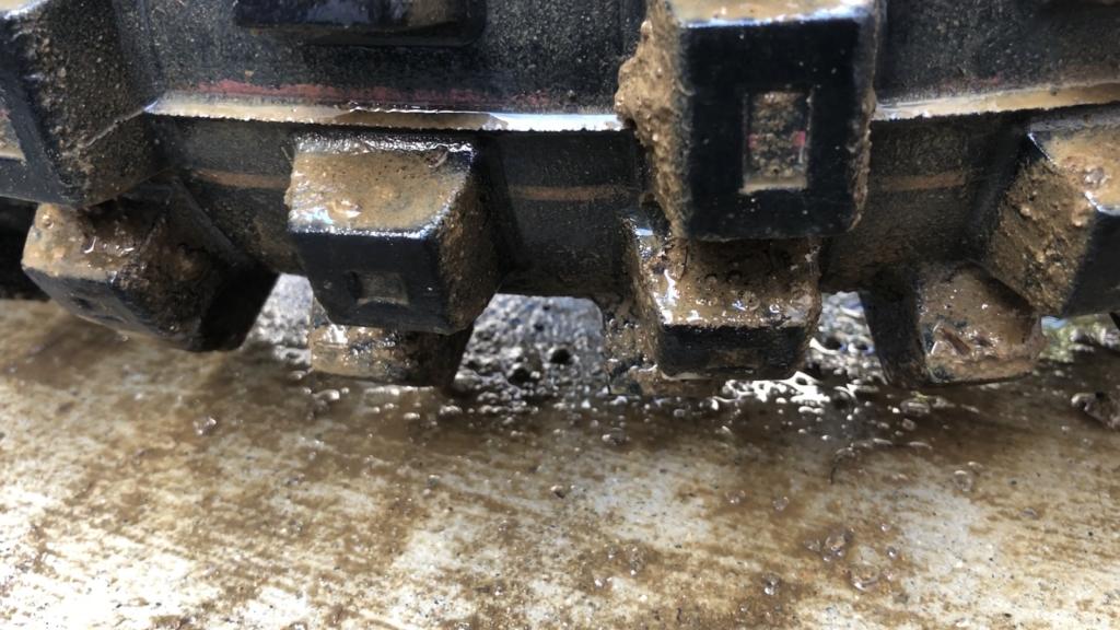 ケミカルが泥を分解してぽたぽたと地面に垂れ始めました