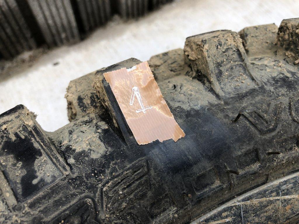 ガムテープに番号を貼ってどこに何をやったかをメモ
