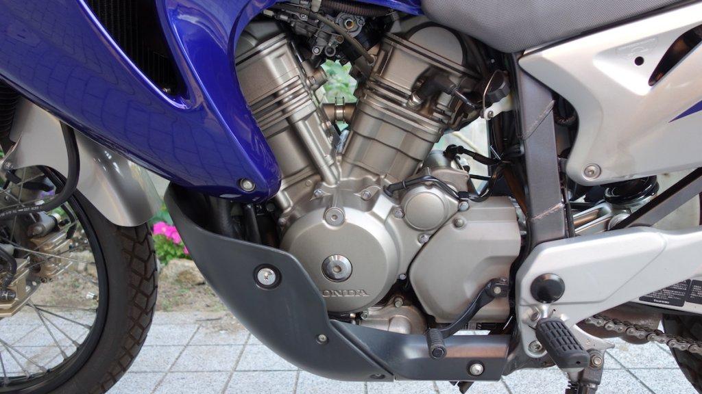 オフロードバイクではおなじみのエンジンガード