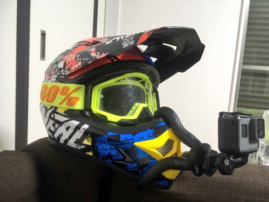 オフロードヘルメットにゴリラポットでGoProをマウントしている所