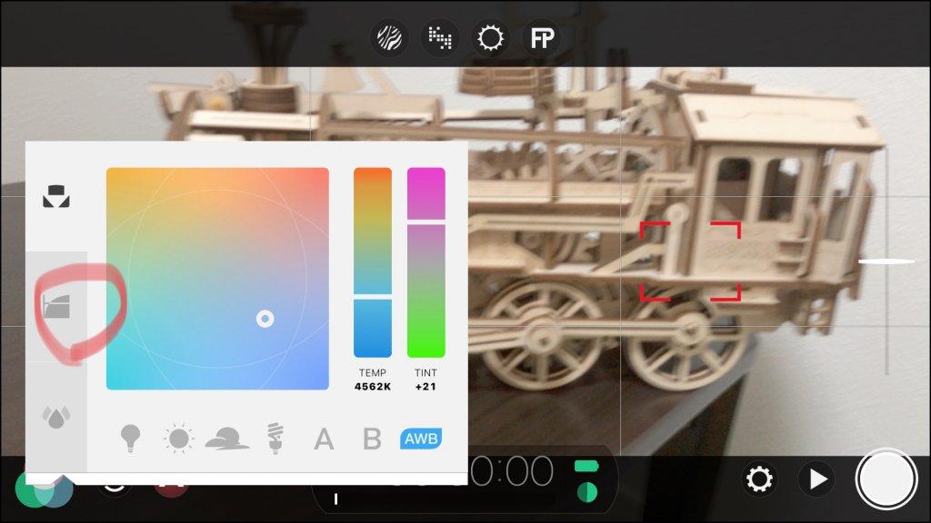 FiLMiC Proでホワイトバランスなどの画面が出るので真ん中のアイコンをタップ