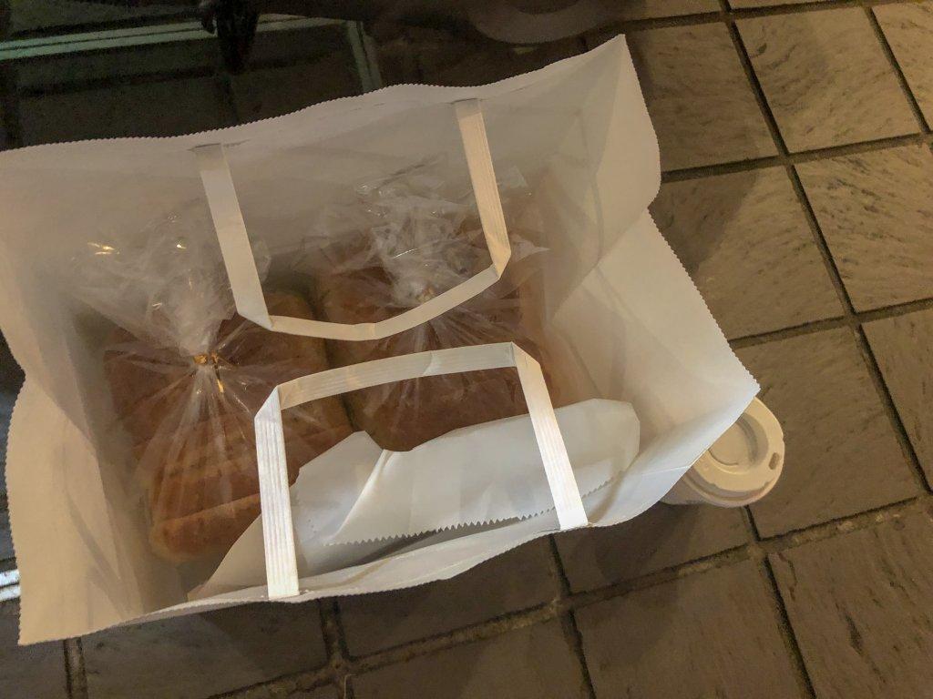 購入した2斤のパンやドーナツを・・・