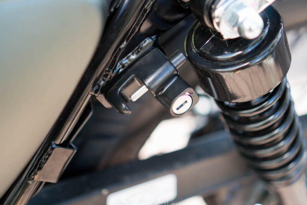 レジェンド150Sはヘルメットホルダーがついてる